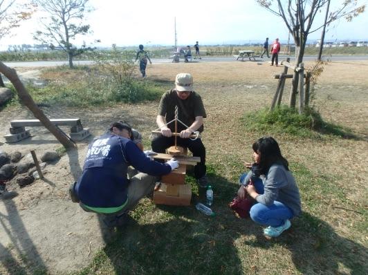 画像:冒険広場で遊ぶ子どもたち